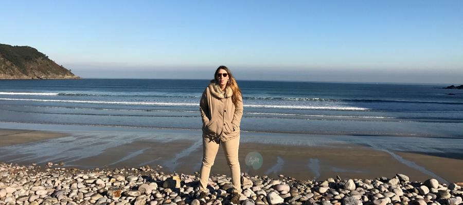 periodista viajera en la playa